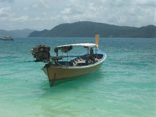 Rawai Beach Resort: longboat of beach