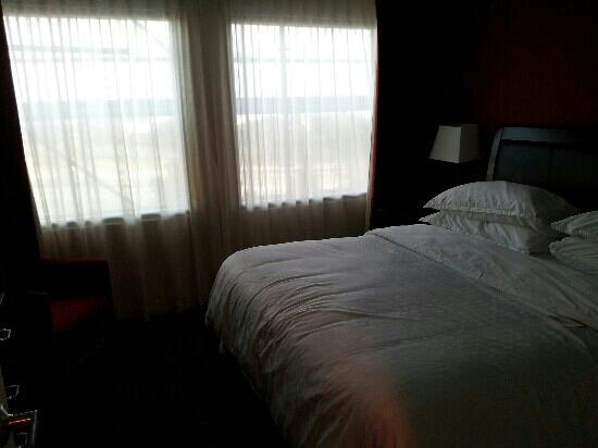 Sheraton Suites Philadelphia Airport : conference suite, king size bed in separate bedroom