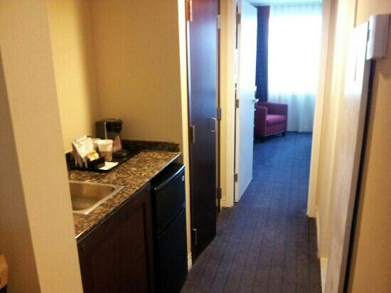 Sheraton Suites Philadelphia Airport : mini bar/hallway in conference king/queen room