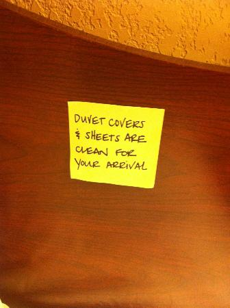Hampton Inn Wooster: Nice note left by housekeeping!