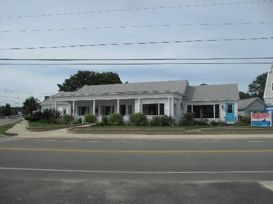 Sand Dollar Inn and Lily's Restaurant: The Hotel facing the Ocean