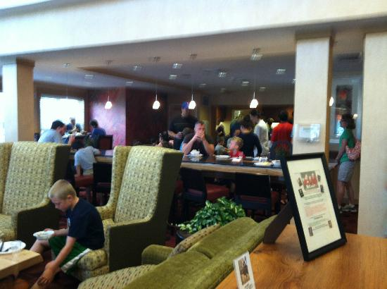 Residence Inn North Conway: Breakfast area (in distance) right in main lobby -- only handful of seats!