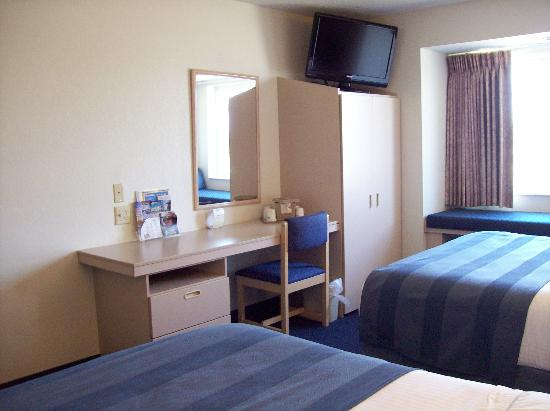 Microtel Inn & Suites by Wyndham Clear Lake: desk