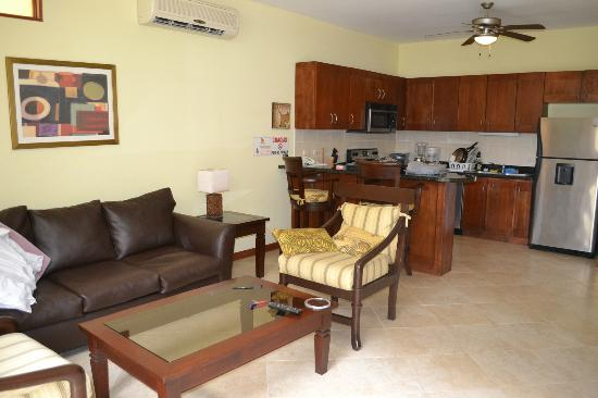 Club Del Cielo: Living room/kitchen