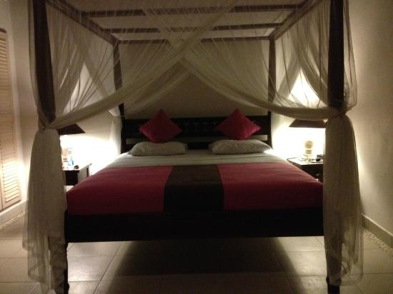 Kembali Beach Bungalows: King size bed