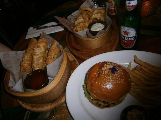 Stadium Cafe Kuta: Burger spring rolls & onion rings