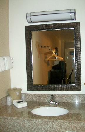 Red Roof Inn Staunton: Bathroom sink area