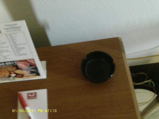 Econo Lodge Town Center : ashtray in NON SMOKING room
