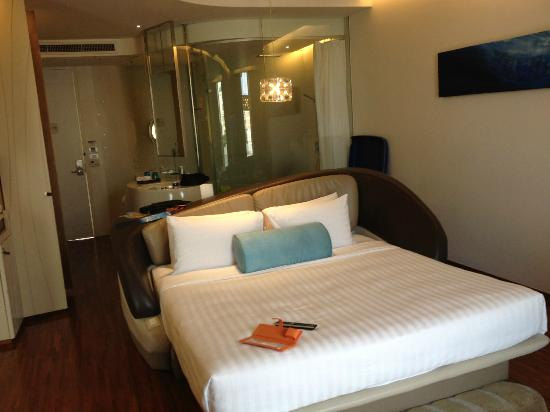 Hotel Baraquda Pattaya - MGallery by Sofitel: Chambre, bureau et salle de bain vitrée