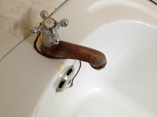 A'Famosa Resort Hotel Melaka: Rusty tap in main bathroom