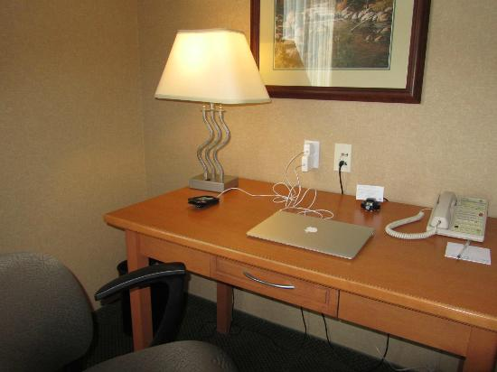 Hampton Inn by Hilton Kamloops: Thoughtful placement of electrical sockets