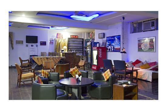 Hotel Chirmi Palace: Bar and lounge