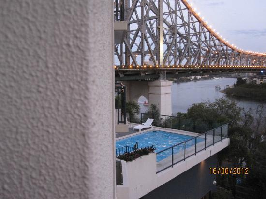Adina Apartment Hotel Brisbane: Story Bridge and swimming pool