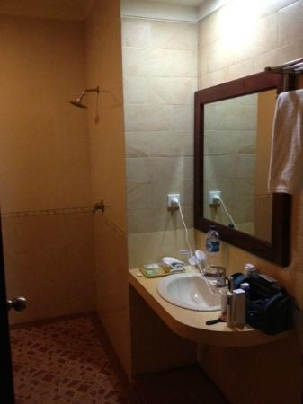 Kusuma Resort: Bathroom