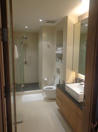 Pan Pacific Serviced Suites Bangkok: Attached Bathroom