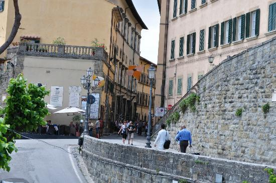 Rugapiana Vacanze: The street that leads from Piazza Garibaldi towards the hotel