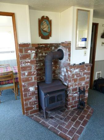 Wayside Lodge: Old woodstove - never had to use it in August tho!