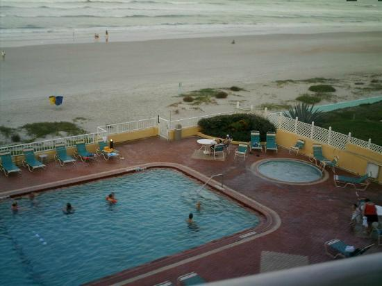 Daytona Inn Seabreeze: Looking out from the balcony