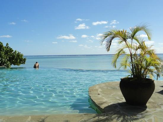 Pacific Resort Aitutaki: Infinity pool and beach....