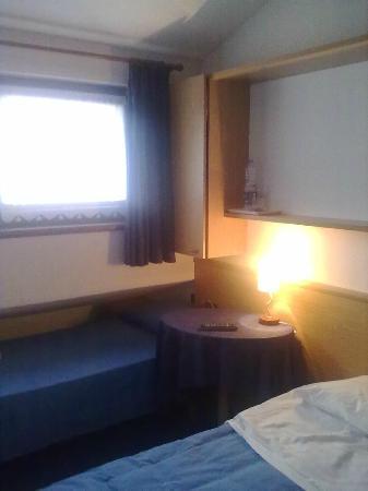 B&B Raffaella : Una delle camere ... la foto però non rende bene.