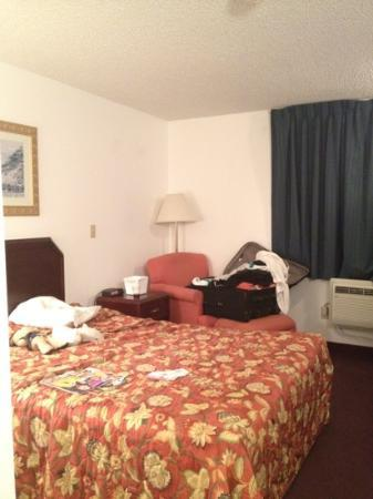 Rodeway Inn University: excuse our luggage. the room was awful