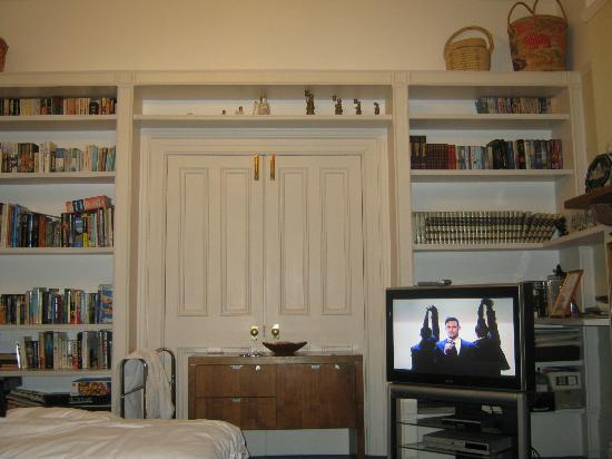 Trudy's Guesthouse: Double doors to kitchen