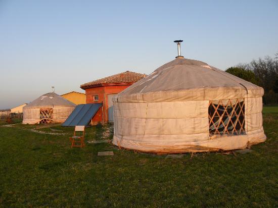 Salignac-sur-Charente, Frankrijk: Yourte avec son bloc sanitaire