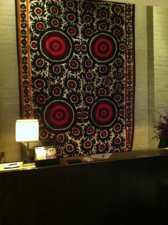 Establishment Hotel: bautiful tapestry behind check in desk