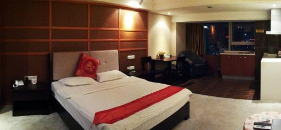 Taizilai Boutique Apartment Hotel: King sized bed with pantry
