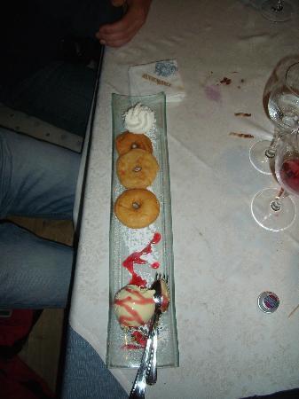 Hennenstall: frittelle di mele con gelato vaniglia