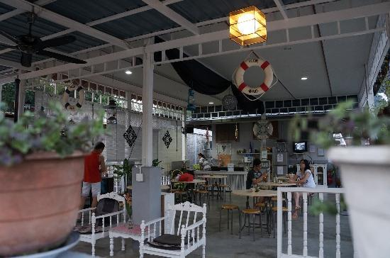 Nipah Guesthouse: The cosy dining area. Black coffee and tea readily available