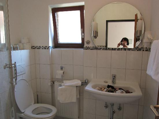 Gasthof Zum Breiterle: 환한 욕실, 샤워부스가 안나왔네요.