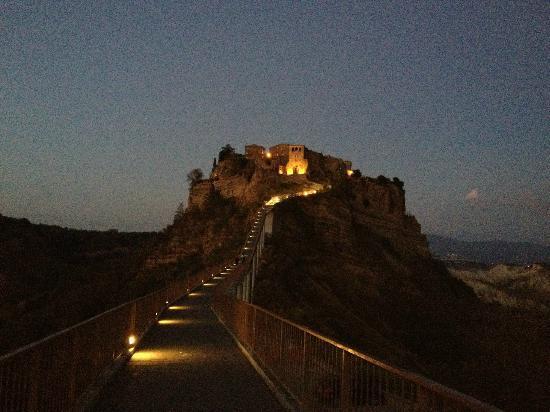 Civita di Bagnoregio, Italia: vista di sera