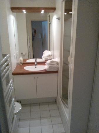 Adagio Access Vanves Porte de Chatillon: Spacy bathroom