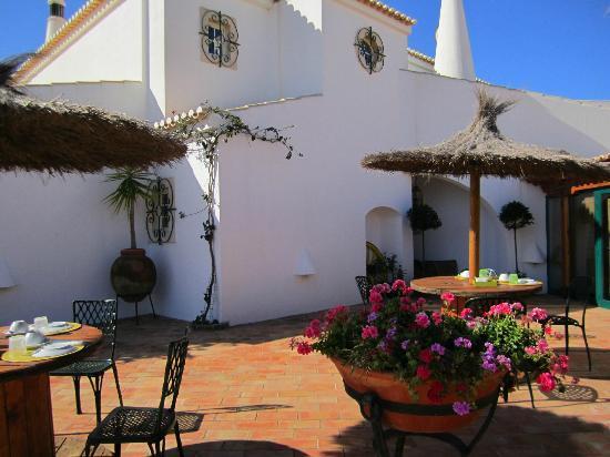 Monte da Bravura - Green Resort: Our spot at breakfast