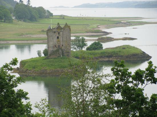 Castle Stalker View Cafe: View of Castle Stalker from pathway beside cafe