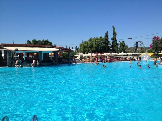 Limnoupolis Water Park: Η μεγάλη πισίνα με το σχοινί του Ταρζάν!