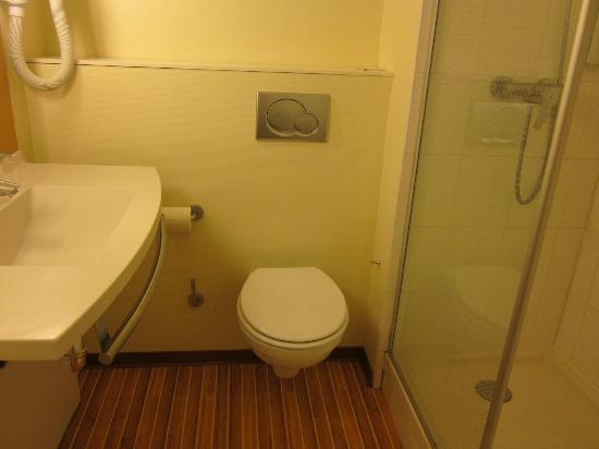 Ibis Deauville Centre : OK bathroom