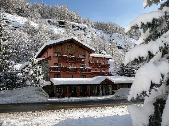Les Rochers: The hotel during winter
