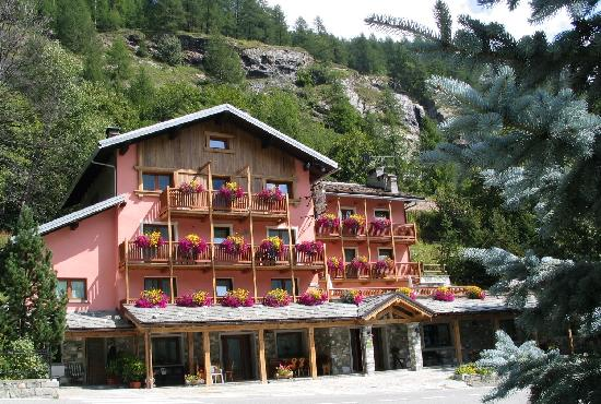 Les Rochers: The hotel during summer