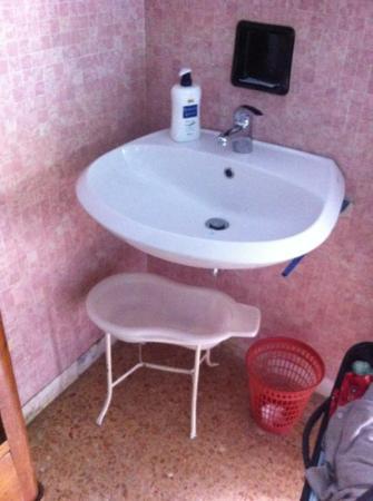 Hotel Naviglio: lavandino in camera completo di vasino.........