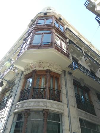 Vincci Palace Valencia: The view of the corner of the hotel from the Street