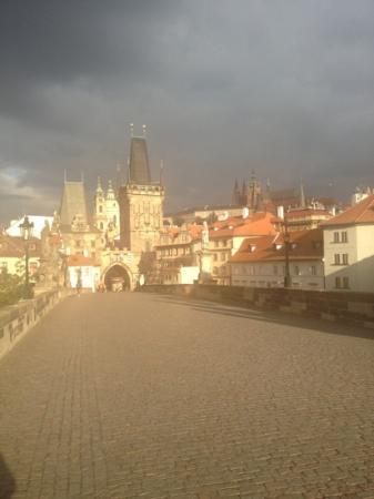 onder deze poort op de Karelsbrug net rechts ligt restaurant Pod Vezi, een toplocatie met een be