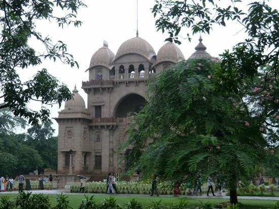 Belur Math: 寺院