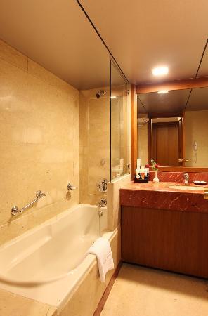 Hotel Aurora Towers: Bathrooms