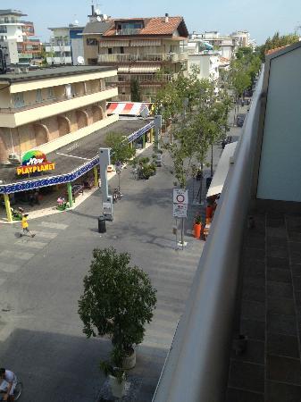 Hotel Bellini : vista del viale dal balcone