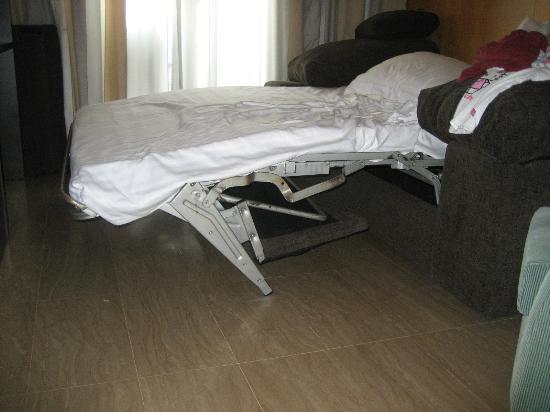 Hotel Estela Barcelona - Hotel del Arte: Broken Bed