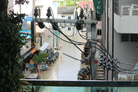 Andakira Hotel Patong: View of flooded street from poolside room