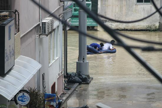Andakira Hotel Patong: I wasnt joking when I said access by boat when it rains
