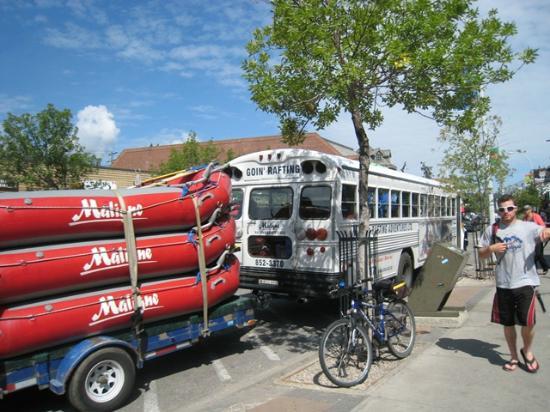 Maligne Adventures: バスの後ろにラフトを括り付け、川へ出発!